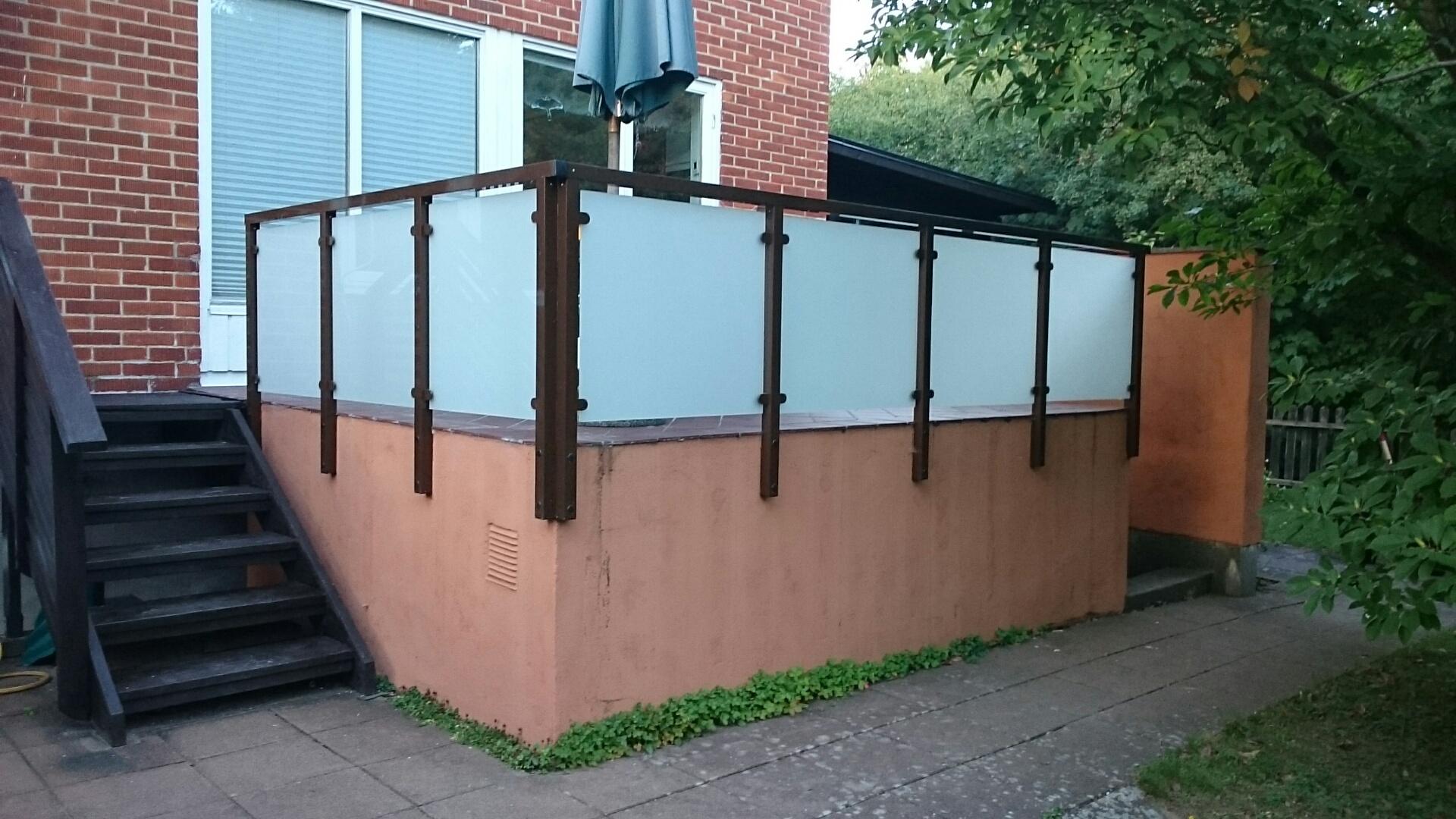 Brise vue verre depoli beautiful pare vent en verre sur terrasse en bois exotique en bord de - Acide oxalique bois exotique ...