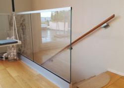 Stolpfritt glasstaket vid trappa inomhus